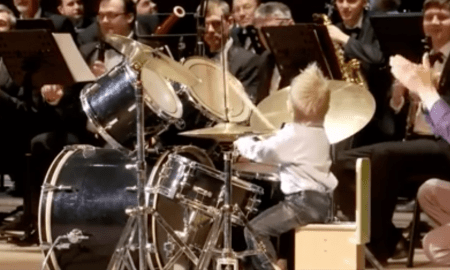לא נתפס: בן 4 מנגן בתופים בליווי תזמורת
